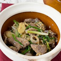 Confinement Dish: Claypot Liver with Ginger & Spring Onions 煲仔姜葱猪肝